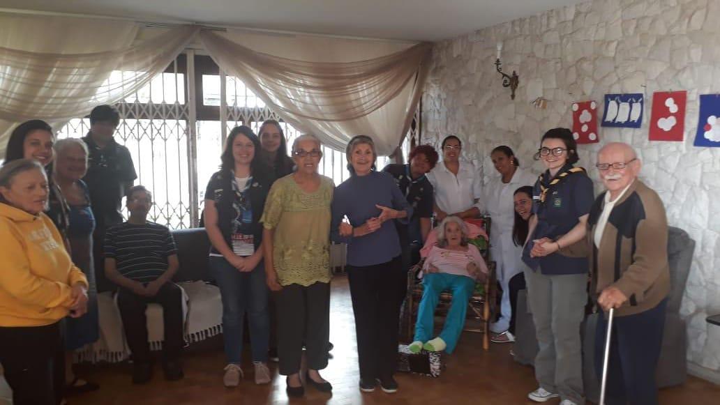 Clã visita lares de idosos